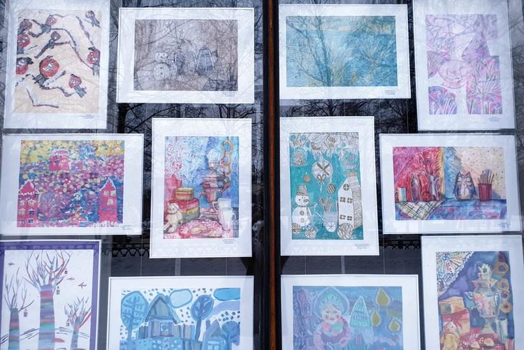 В окнах Новокузнецкого художественного музея представлены работы юных художников, для которых каждая зима - праздник. Фото: Анна ЗАХАРОВА