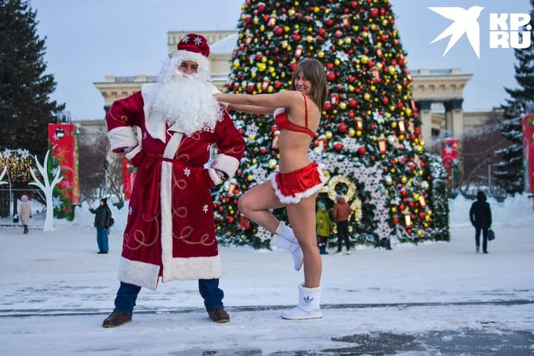 На главной елке Новосибирске Дед Мороз встретил еще одну Снегурочку — незамерзайку.