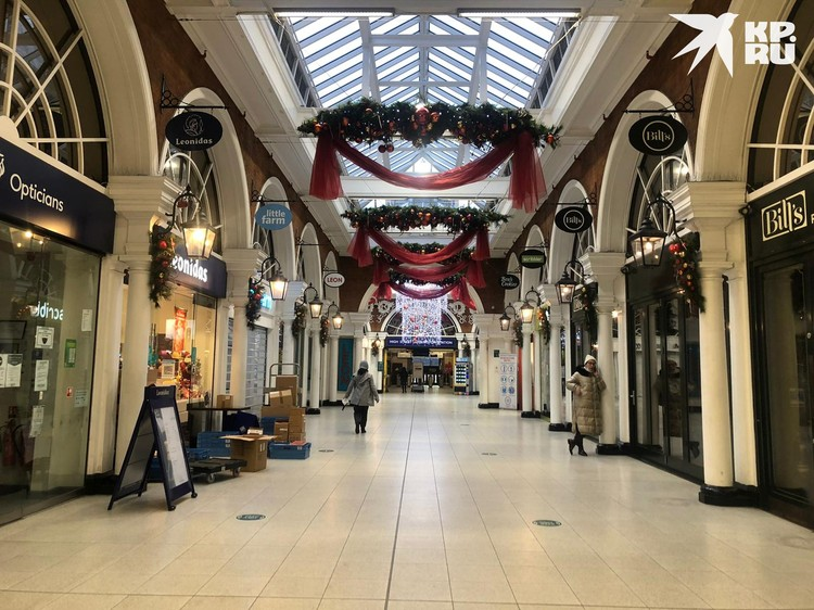 Торговые центры пусты: магазины в них закрыты.