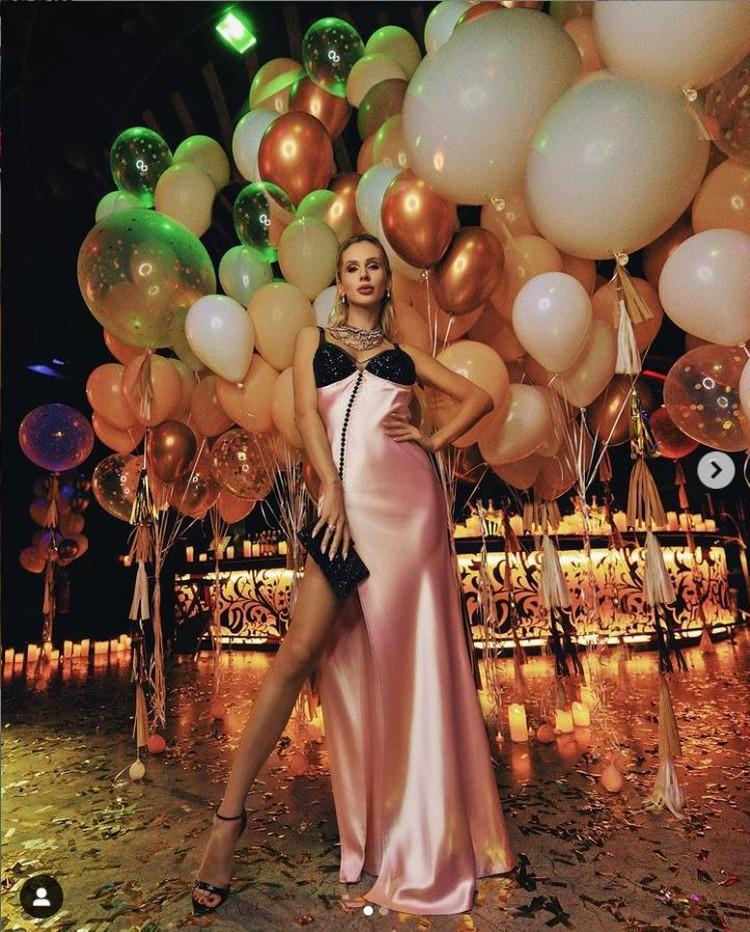 В октябре Светлана отметила 38-летие в Дубаи: певица сняла лучший в городе ресторан. Фото: Инстаграм.