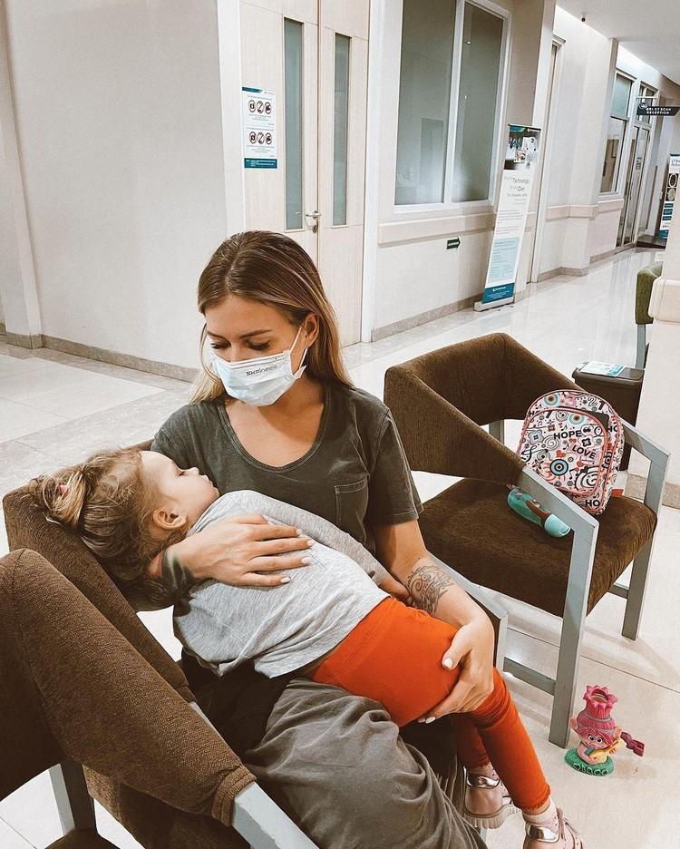 Рита Дакота с дочкой проведет 5 дней в резервации в дешевом отеле Джакарта прежде, чем их выпустят на отдых — в шикарный отель на Бали