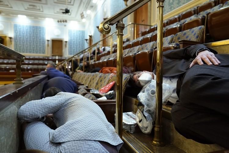 У протестующих против итогов президентских выборов получилось сорвать совместное заседание обеих палат Конгресса, хотя бы на несколько часов.