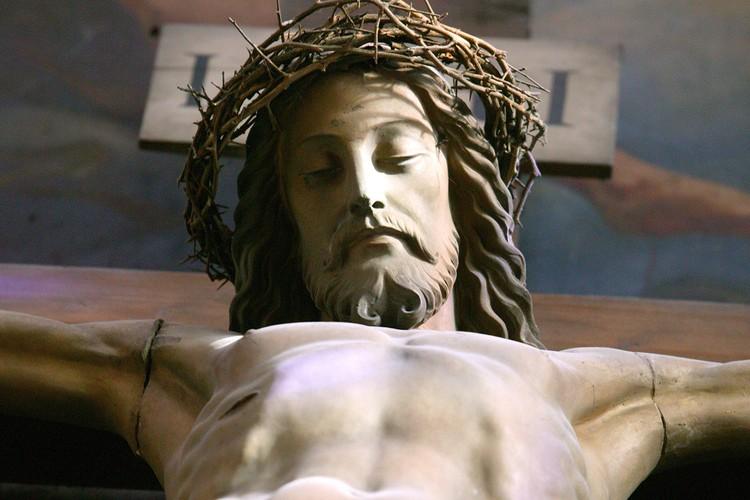 Изображение Христа на распятии в католическом храме.