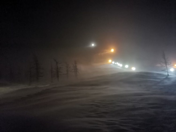 На место схода лавины собираются спасатели и добровольцы. Фото: ГУ МЧС России