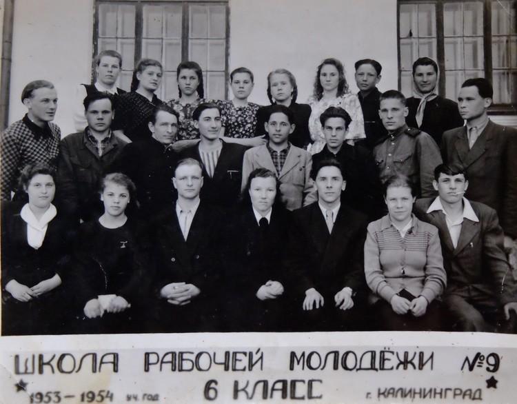 Школа рабочей молодежи. Ольга сидит вторая слева.