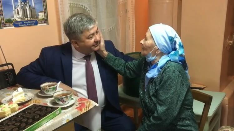В итоге к пенсионерке с подарками лично приехал глава Зеленодольска Михаил Афанасьев.