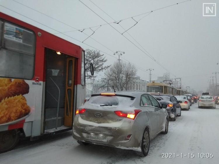 Проспект Ленина утром стоял в пробке. Фото: Инцидент.Екатеринбург, vk.com