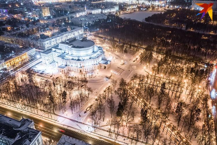 Большой театр Беларуси ночью.
