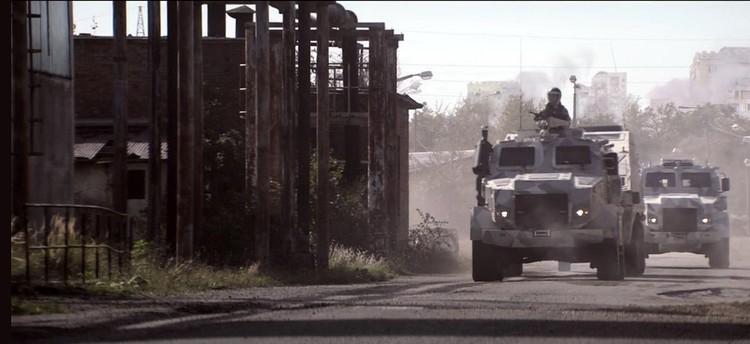 Американские военные джипы на фоне постиндустриальной разрухи в Украине: эпичный кадр
