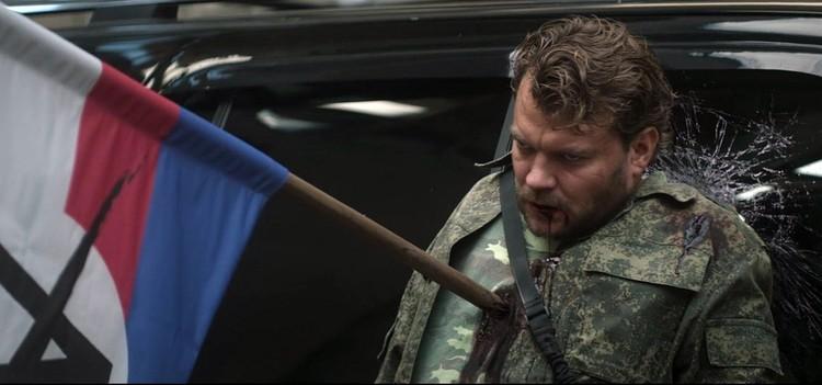 Главный злодей, убитый дверком от флага, напоминающего российский триколор