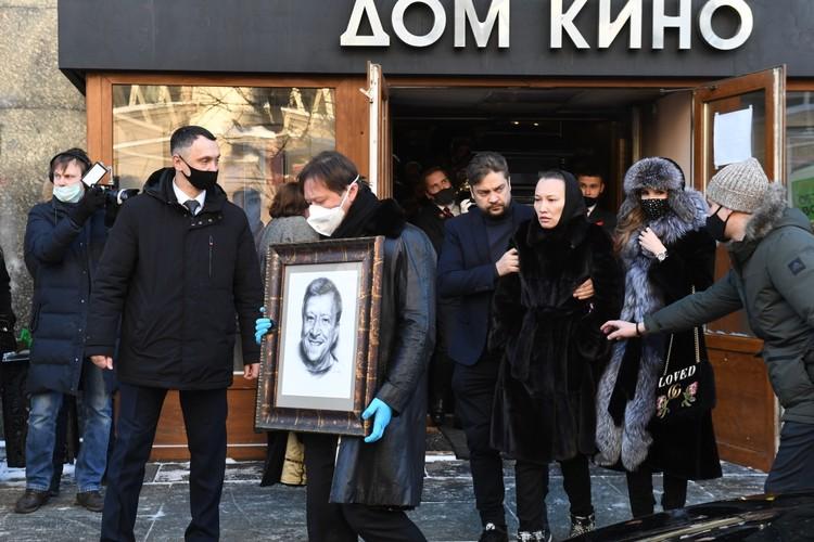 Максим Грачевский (с портретом) во время церемонии прощания с отцом