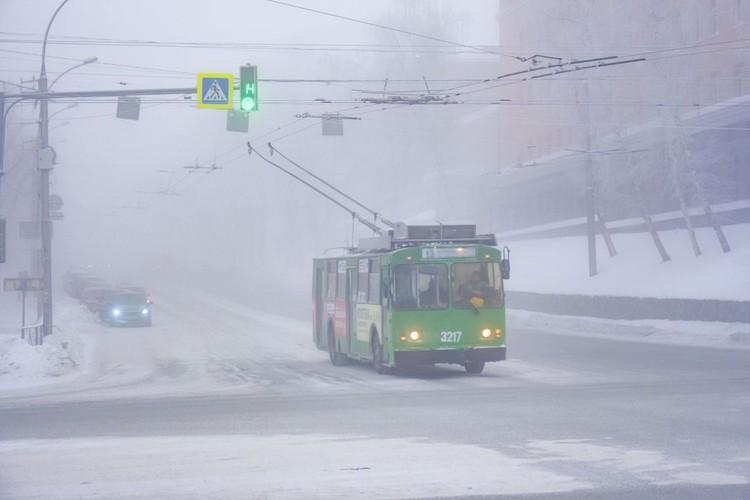 Город окутан морозным туманом.