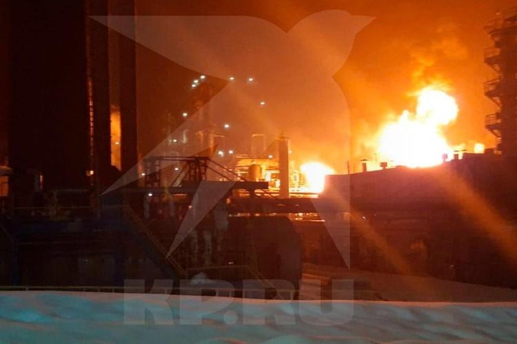На месте работают четыре пожарных расчета МЧС России