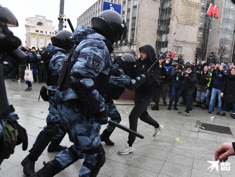 Если большинство пришедших в центр города собиралось «потусить» и разойтись, то небольшое радикальное ядро провоцировало ОМОН на жесткий ответ