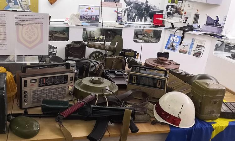 Часть экспонатов в музейной комнате сделана учениками Корбана, часть - настоящие раритеты с войны.