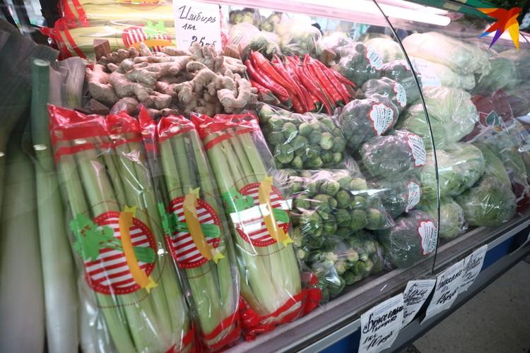 Прилавки с зеленью, фруктами и овощами временно переехали в крытую часть рынка