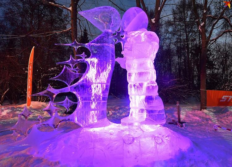 Морозный день - в самый раз для фестиваля фигур изо льда.