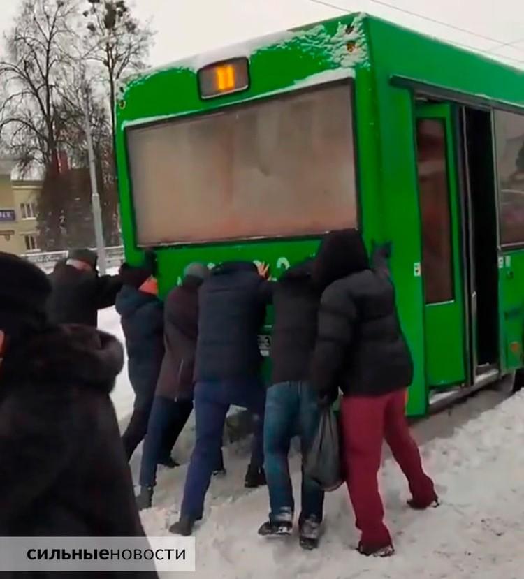 Пассажиры толкали автобус, чтобы успеть на работу. Фото: Gomel.today