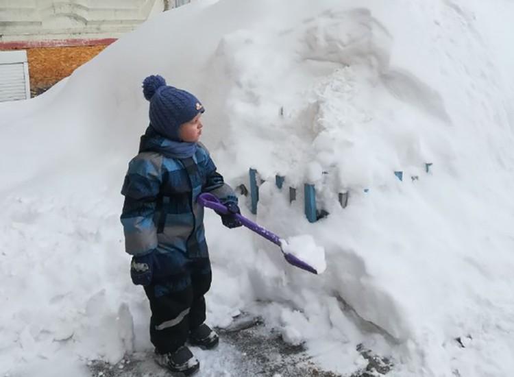 Нижегородцы расхватали в магазинах лопаты для уборки снега, а малыши вышли чистить снег совочками.