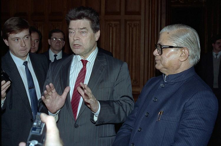 15 ноября 1991 г. Министр иностранных дел СССР Борис Панкин и министр иностранных дел Индии Мадхавсинх Соланка