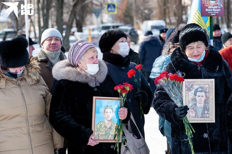 Родственники и сослуживцы бойцов принесли с собой их фотографии