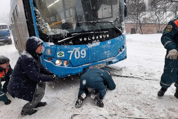 Снежный циклон в Хабаровском крае 16 февраля 2021 года: спасатели помогли 60 автомобилистам преодолеть гололед