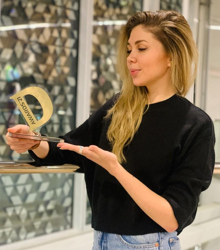 Главный редактор видеослужбы сайта «Комсомольской правды» Александра Лябина с наградой премии.