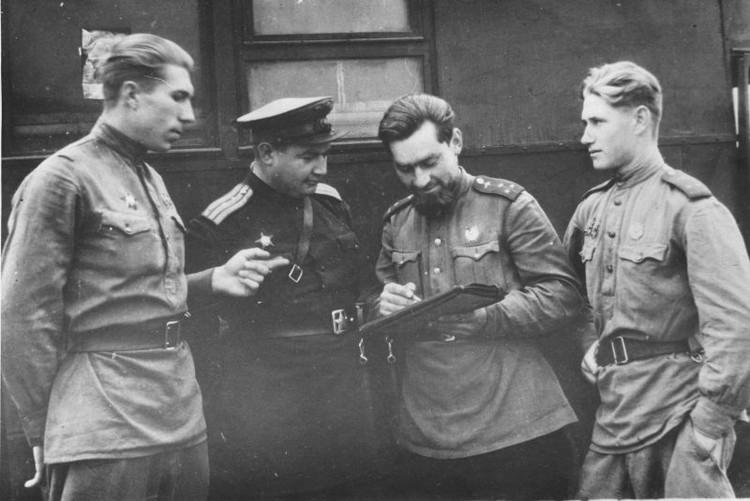 1943 год. Старший лейтенант Шутт (второй справа) уточняет боевое задание. Фото: waralbum.ru