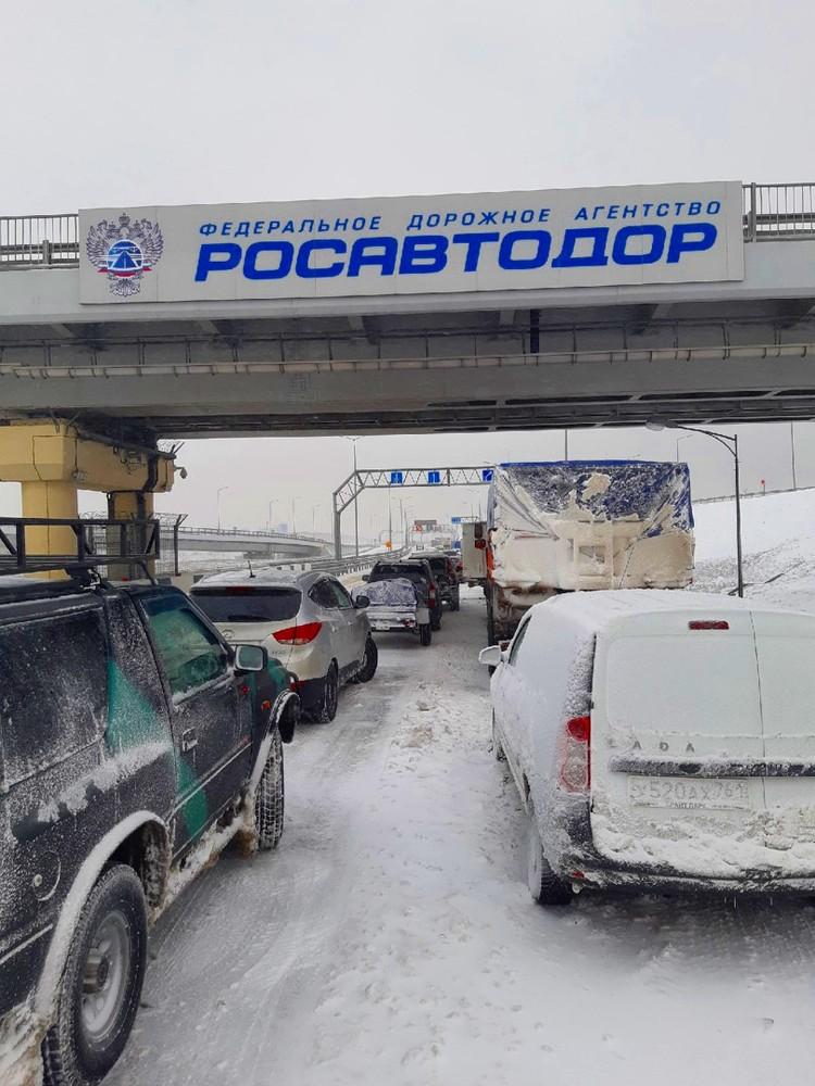 """Пробка на трассе """"Таврида""""образовалась около часа ночи. Фото: vk.com/Инцидент Крым.Симферополь.Севастополь ДТП"""
