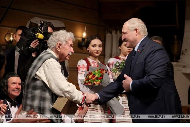 Лукашенко поздравляет актера-купаловца Геннадия Овсянникова . Фото: БелТА.