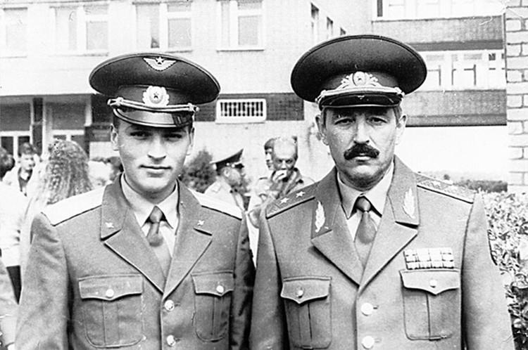 Гвардии лейтенант Олег Шпак с отцом, генерал-полковником Георгием Шпаком.