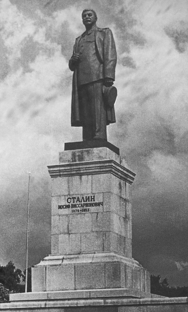 Калининградский монумент был копией знаменитой работы народного художника СССР Евгения Вучетича, которая стояла на Волго-Донском канале.