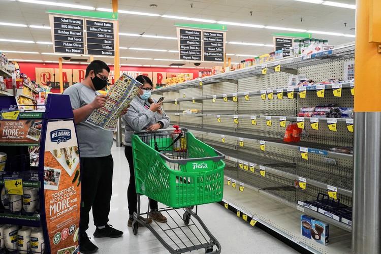 Из-за перебоев с поставками продуктов, полки магазинов в некоторых штатах временно опустели.