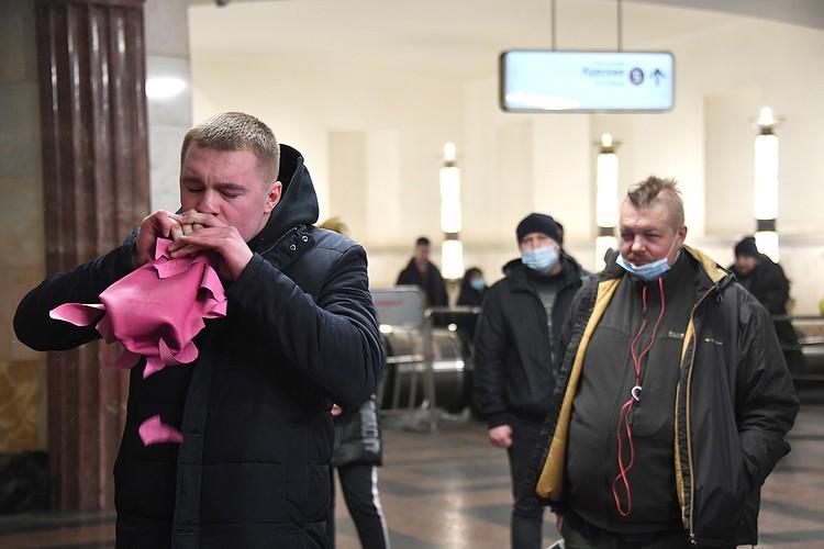 Москвичи с удовольствием демонстрировали удаль: отжимались, боксировали и даже рвали грелки.