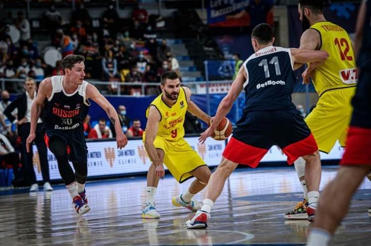 Михаил Кулагин и Семен Антонов отрабатывают в обороне в матче с Северной Македонией. Фото: предоставлено пресс-службой FIBA.