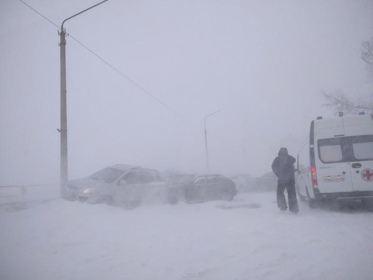 ДТП в Озерске, на место прибыла скорая. Фото: Подслушано в Озёрске — 7 лет/vk.com