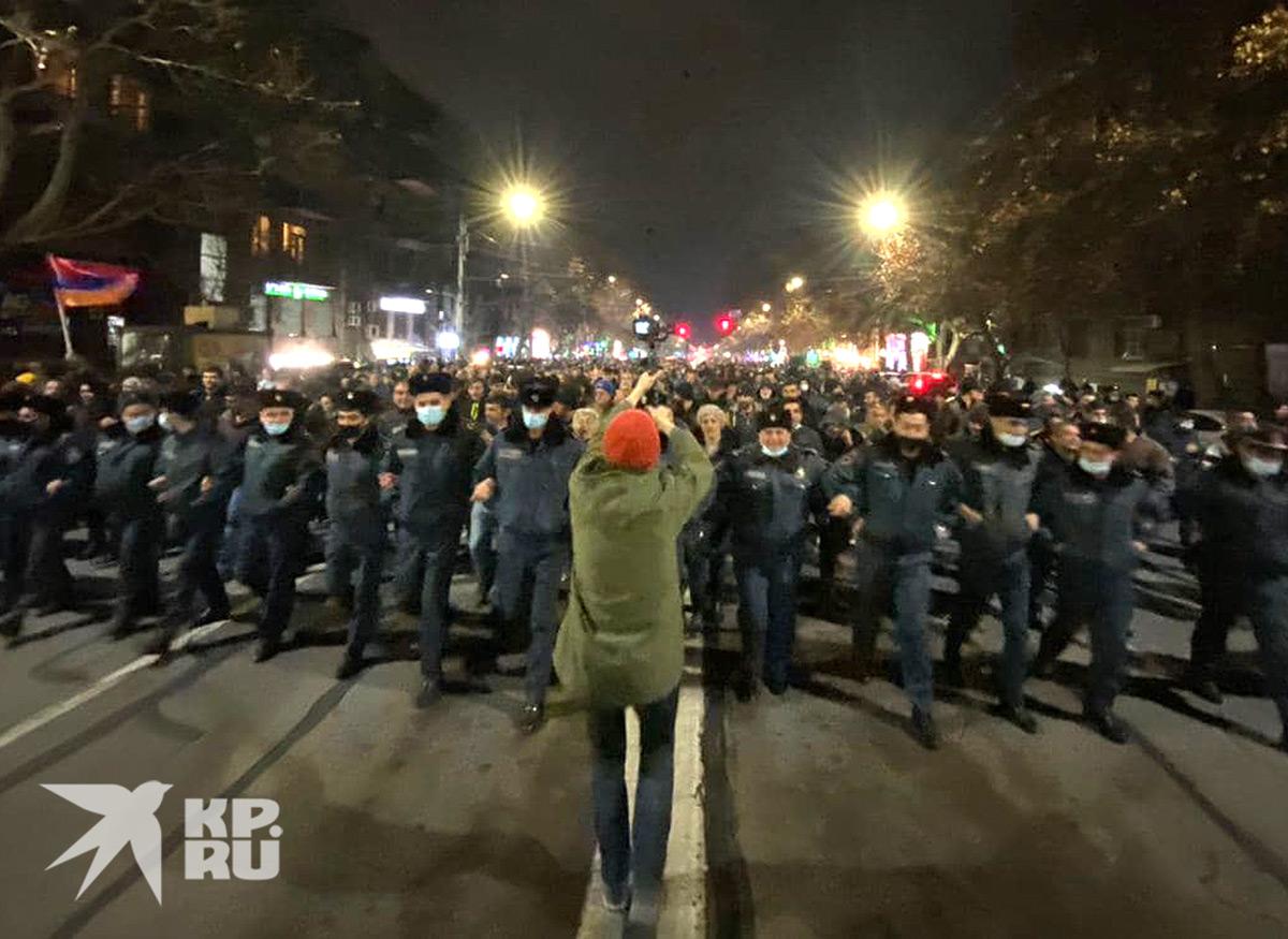 Вечернее шествие после митинга.