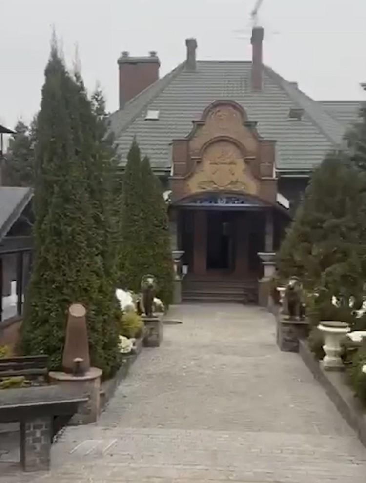 Тропинка соединяет дом с основным особняком.