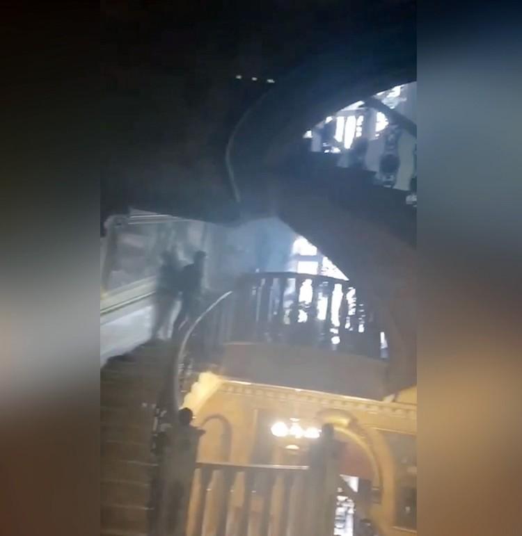 Лестница на второй этаж с лихими поворотами. Ее Барданов поджег, чтобы спецназ не мог подобраться к его позиции.