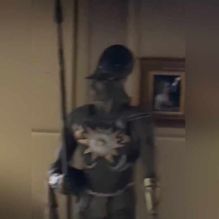 Тут же за порядком в гостиной бдит рыцарь в доспехах.