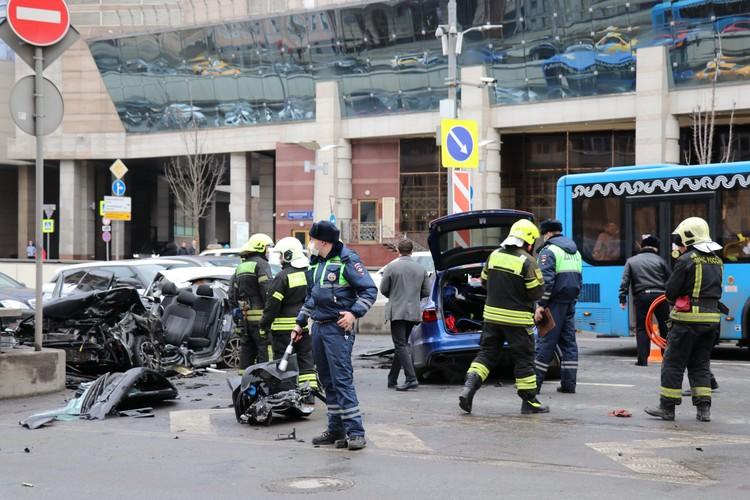 За рулем синей Audi, которая вылетела на встречную полосу и столкнулась с Volkswagen на Новинском бульваре в центре Москвы, находился, по предварительной информации, блогер Эдвард Бил.