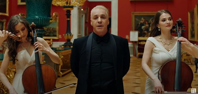 В новом клипе, в отличие от саундтрека к фильму, Тиль снова с пирсингом и в окружении красоток из симфонического оркестра. Фото: кадр с видео: youtube.com/ Till Lindemann