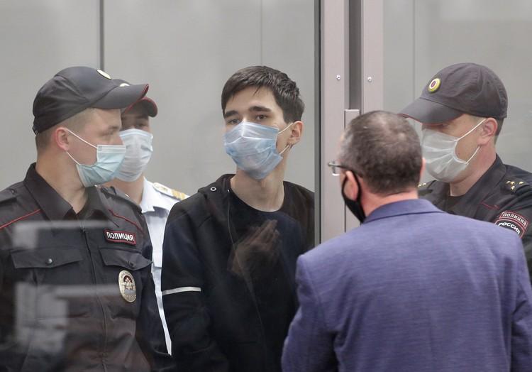 С 19-летним Ильназом Галявиевым, который с дробовиком напал на казанскую школу и убил несколько человек, сейчас работают следователи.