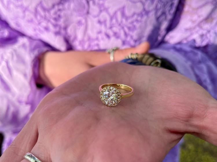 Когда Прохор и Лена попытались починить сломанную доску на глаза им попалось давно утерянное кольцо звёздной хозяйки.