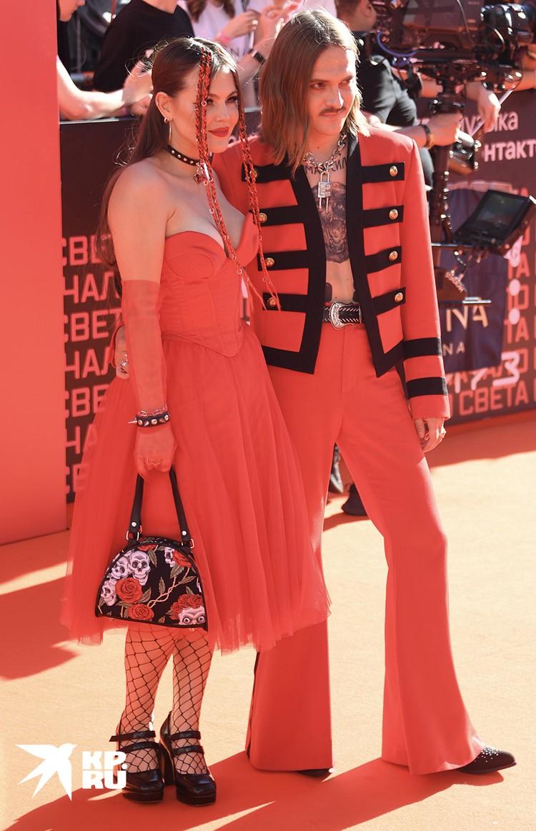 Образы Софьи Таюрской и Ильи Прусикина созданы в контрастном стиле Glam Rock