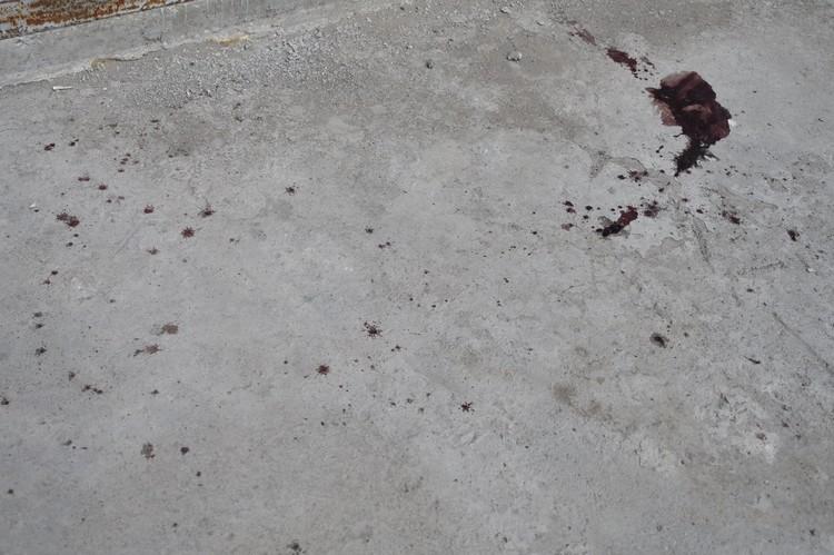 На асфальте на месте смерти малышки кровавое пятно