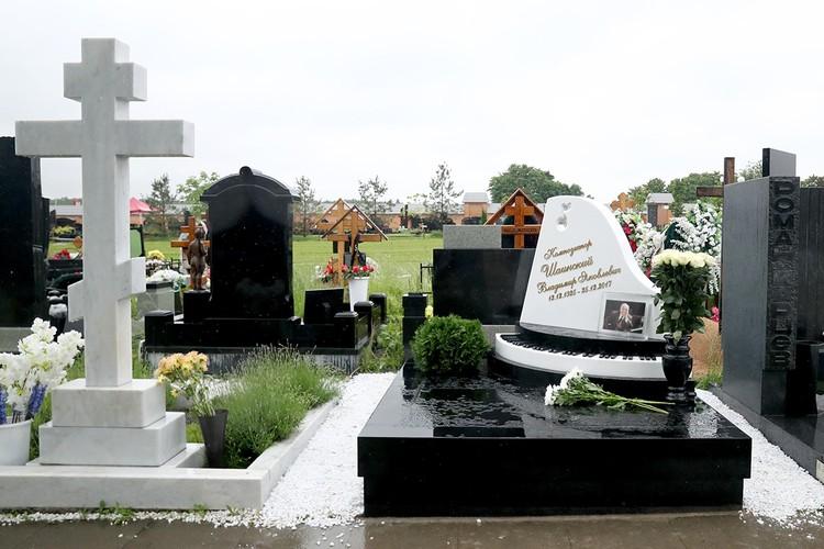 Памятник на могиле композитора Владимира Шаинского в день открытия на Троекуровском кладбище. Фото: Михаил Терещенко/ТАСС