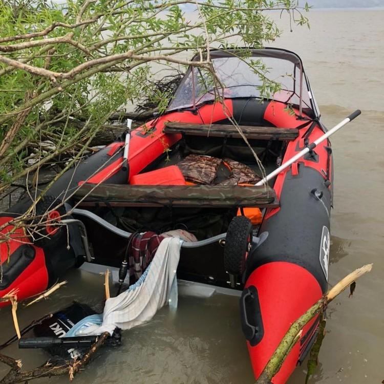 Лодку нашли в 7 км от лагеря с оторванным мотором. Фото: УМВД по Приморскому краю