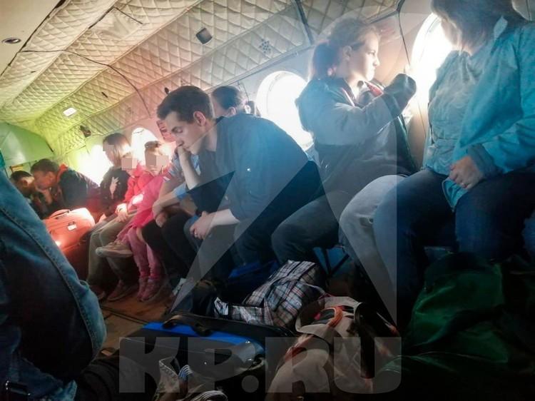 Пассажиров эвакуируют на вертолете МЧС в Томск. Фото: Сибирский авиационный поисково-спасательный центр