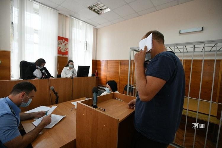 Дмитрий Трапезников пытался скрыть лицо от журналистов